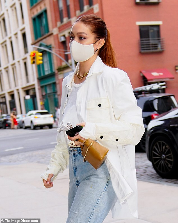 Người mẫu Mỹ diện croptop phối cùng áo sơ mi buông hờ và quần jeans khỏe khoắn, khoe khéo vòng eo săn chắc, thon gọn bất ngờ sau 6 tháng sinh con đầu lòng.
