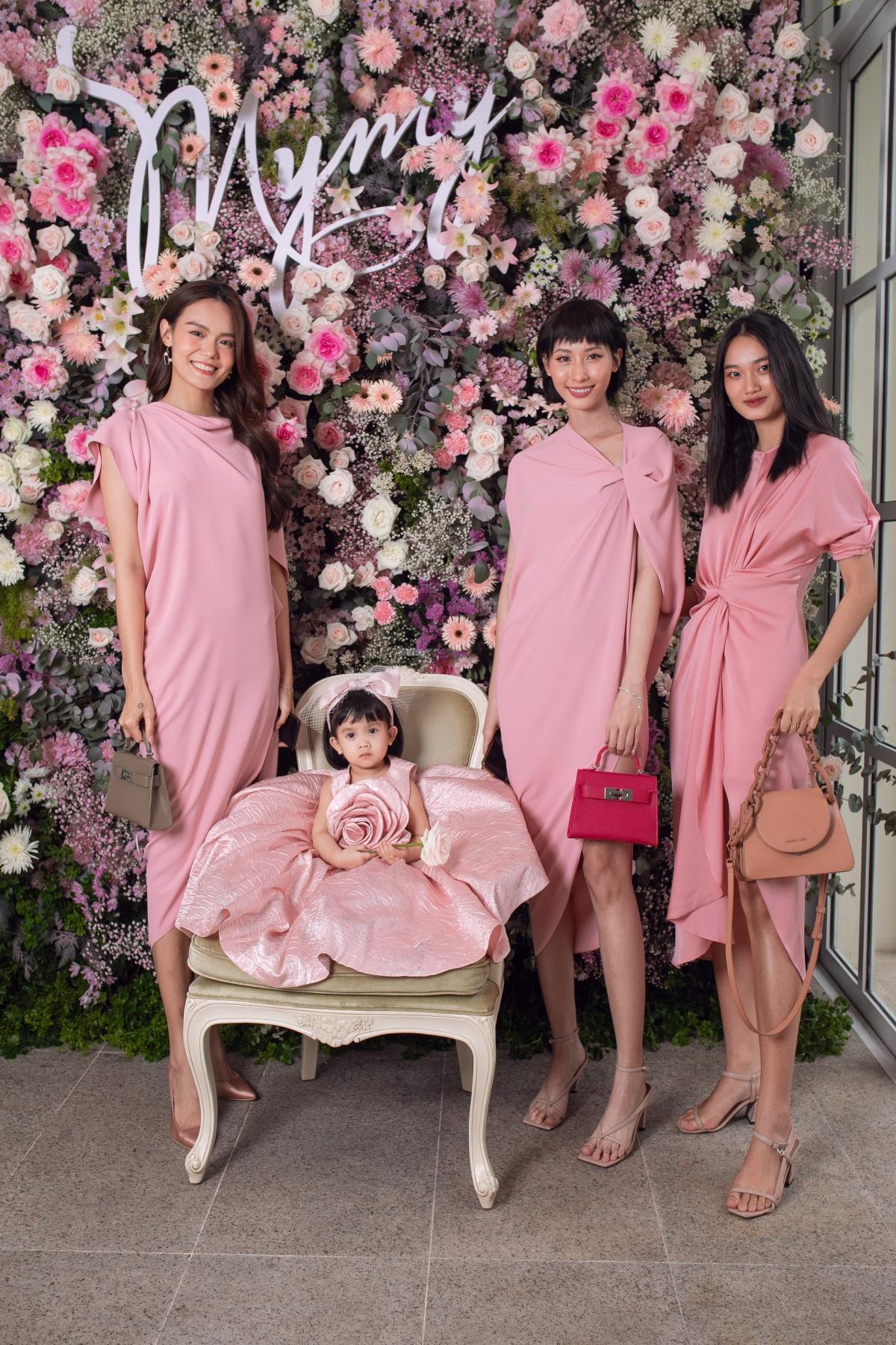 Bộ ba người mẫu: Lê Thanh Thảo, Hằng Nguyễn và Quỳnh Anh cũng chọndiện đầm trơn, phom bất đối xứng được tạo từ những đường gấp nếp hiệnđại.