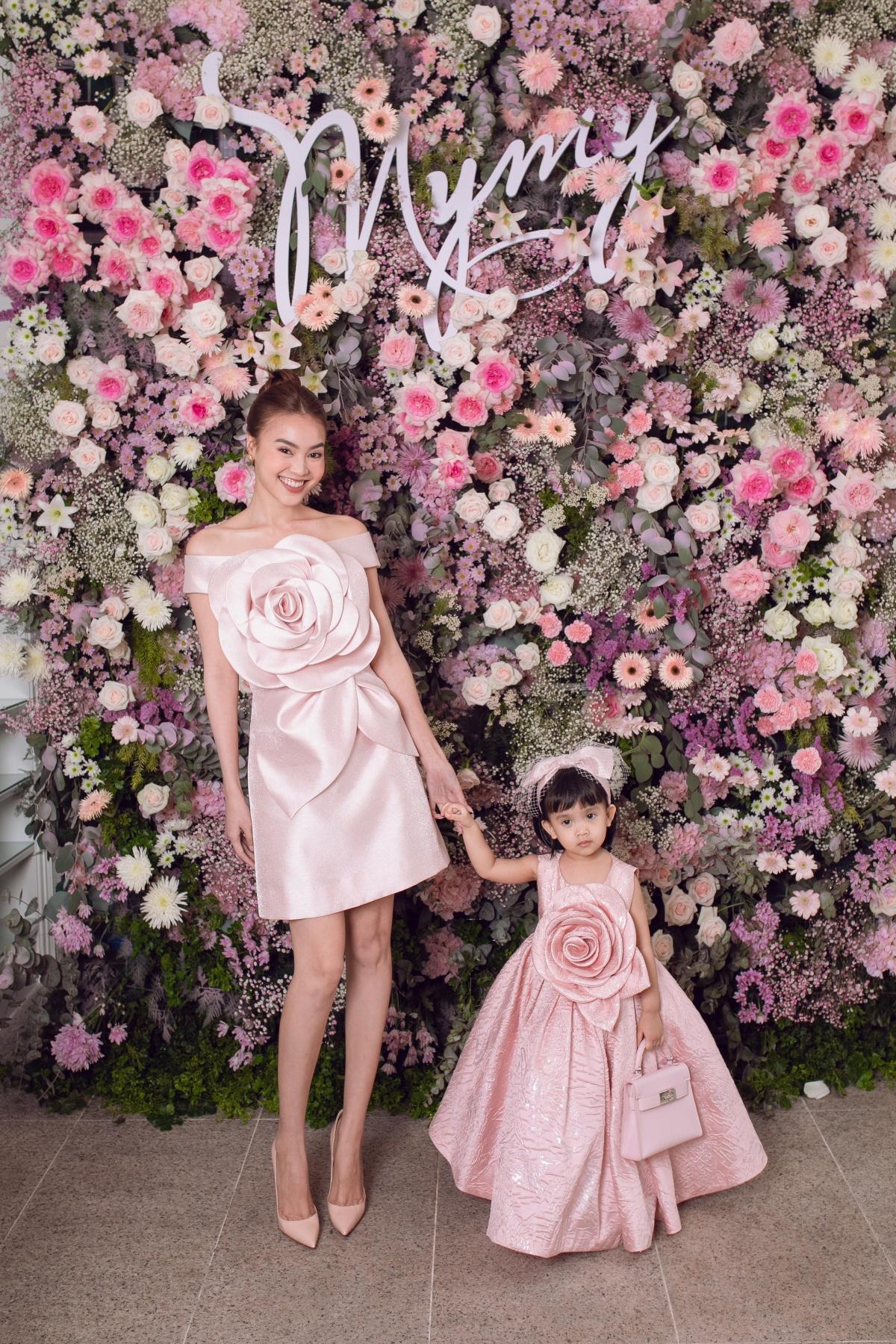 Diễn viên Ninh Dương Lan Ngọc gợi cảm trong chiếc đầm trễ vai.Trang phục được tạo điểm nhấn bằng hình ảnh hoa bạch trà tobản. Lan Ngọc trang điểm tông hồng phấn để mang đến sự đồng điệu vớitrang phục.