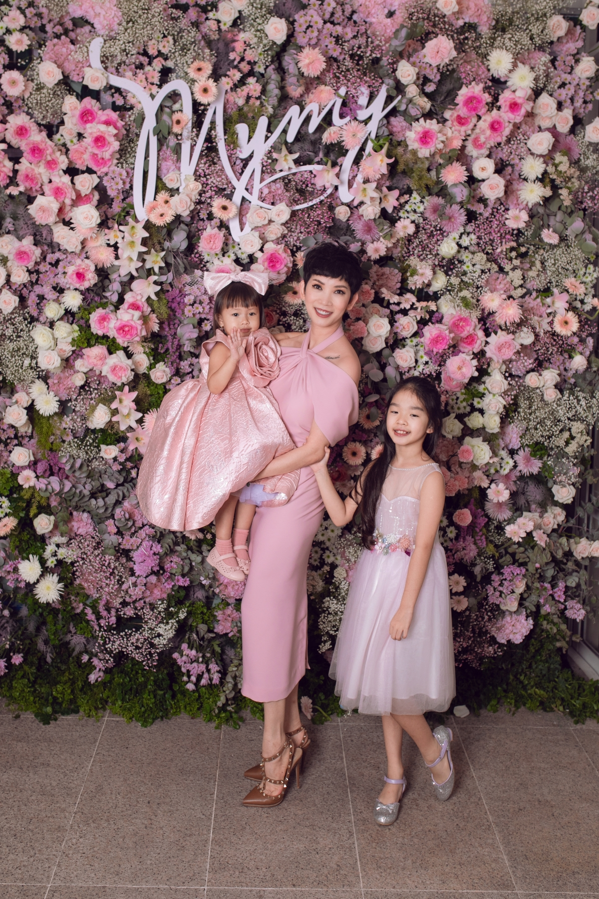 Siêu mẫu Xuân Lan đưa con gái - bé Thỏ đến chúc mừng sinh nhật MyMy.Chị diện đầm trễ vai, phần cổ cách điệu từ yếm trông lạ mắt.