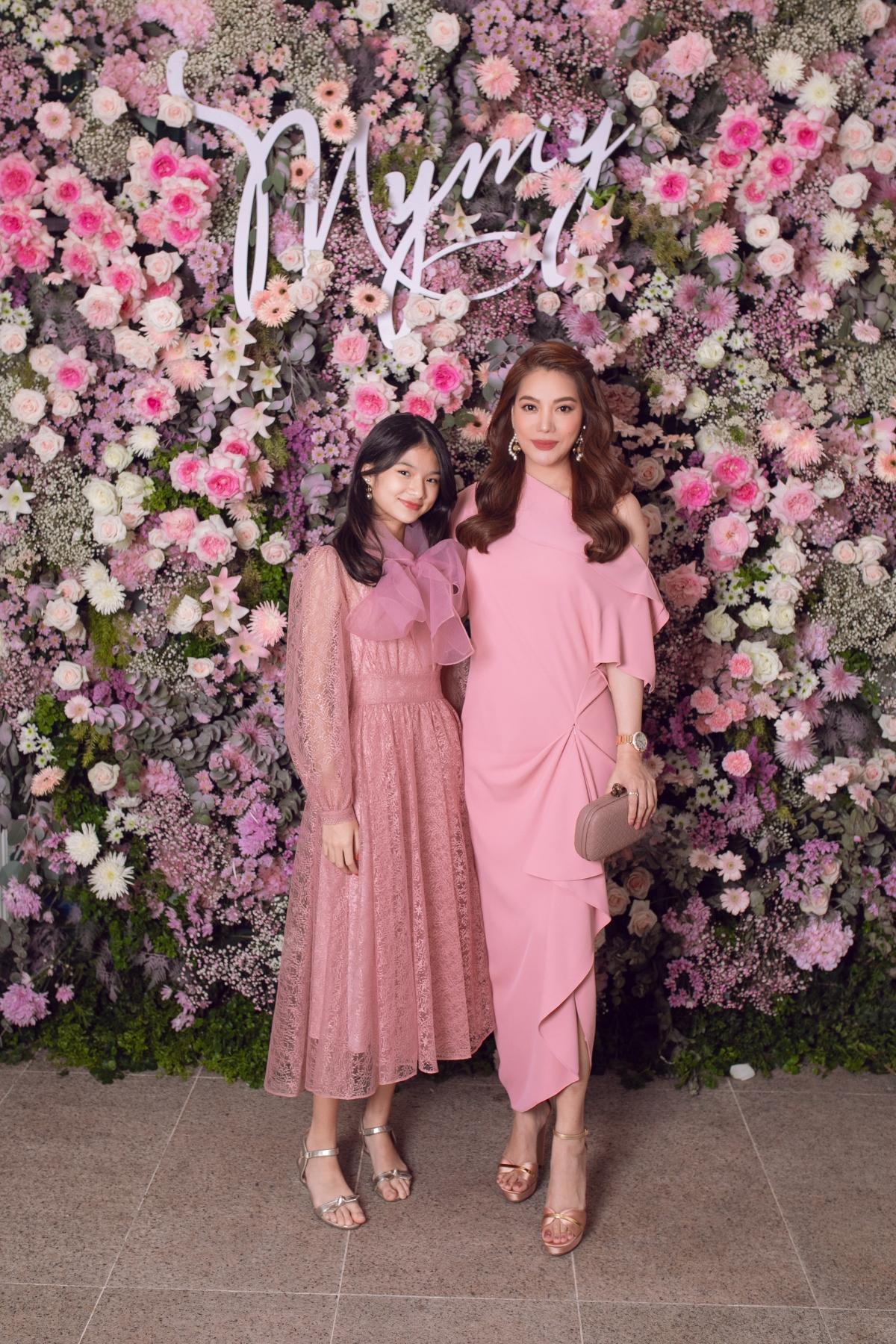 Diễn viên Trương Ngọc Ánh dự tiệc cùng con gái Bảo Tiên. Gần đây, haimẹ con nữ diễn viên thường gây sốt với những lần xuất hiện cùng nhau,ăn mặc đồng điệu, thời thượng.