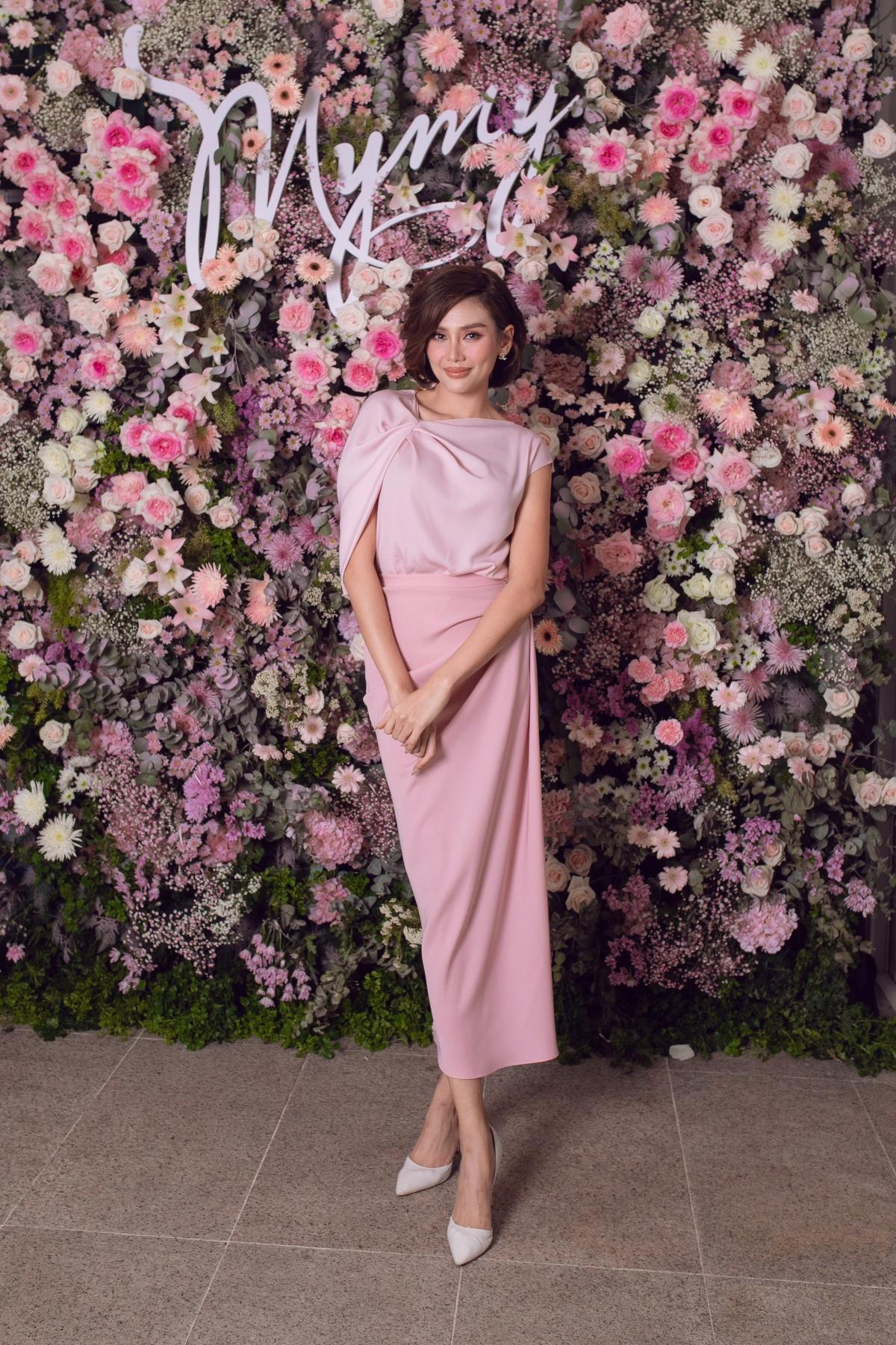 Á hậu, siêu mẫu Võ Hoàng Yến phối áo lụa cùng chân váy đều có cấu trúcbất đối xứng./.
