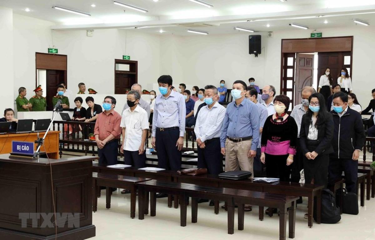 Các bị cáo của vụ án tại tòa ngày 13/4 (Ảnh: TTXVN)