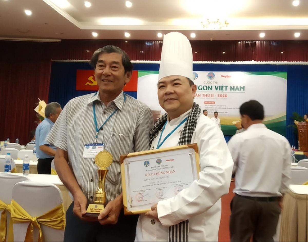 Ông Hồ Quang Cua (bìa trái) nhận giải nhất gạo ngon Việt Nam năm 2020 cho giống gạo ST25.