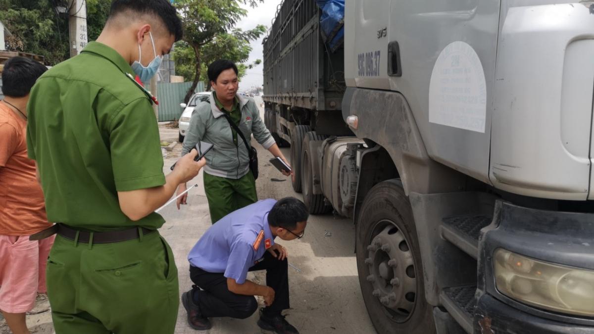 Cơ quan chức năng có mặt tại hiện trường điều tra nguyên nhân vụ tai nạn.