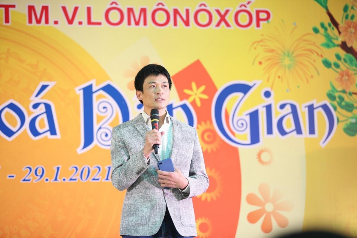 Thầy giáo Nguyễn Quang Tùng, Hiệu trưởng Hệ thống giáo dục Lô-Mô-Nô-Xốp.