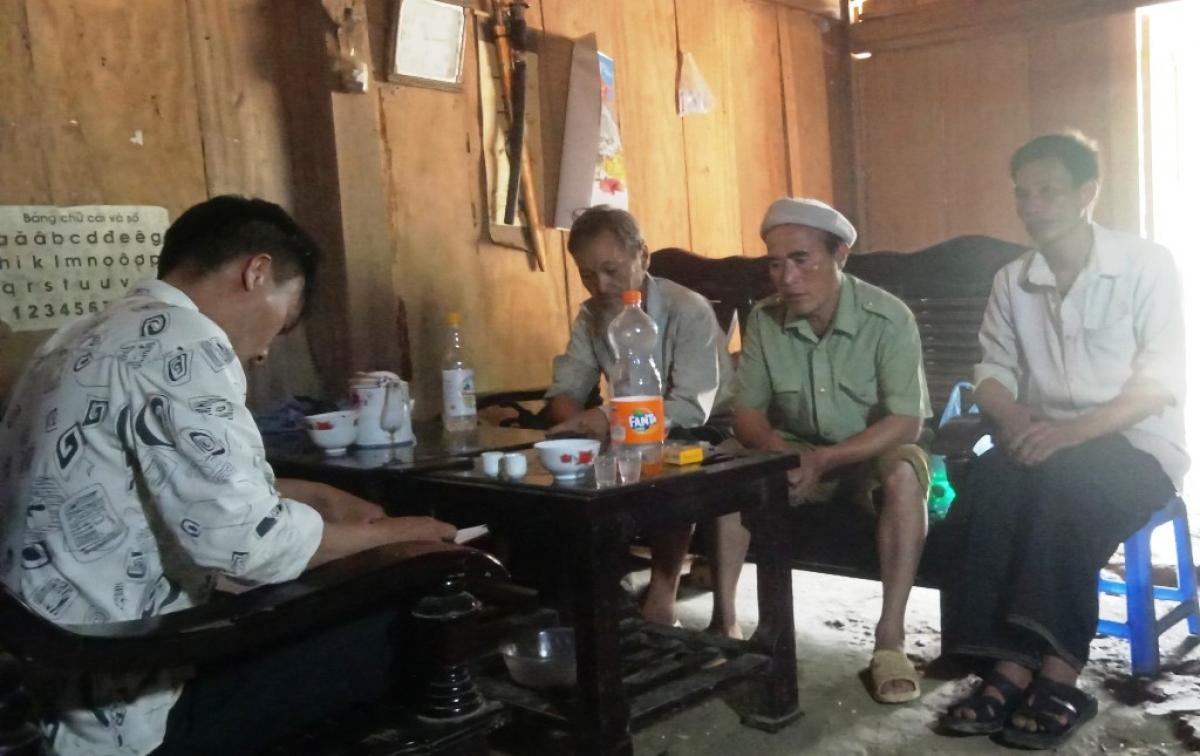 Già làng Giàng A Páo (áo xanh ngồi giữa)
