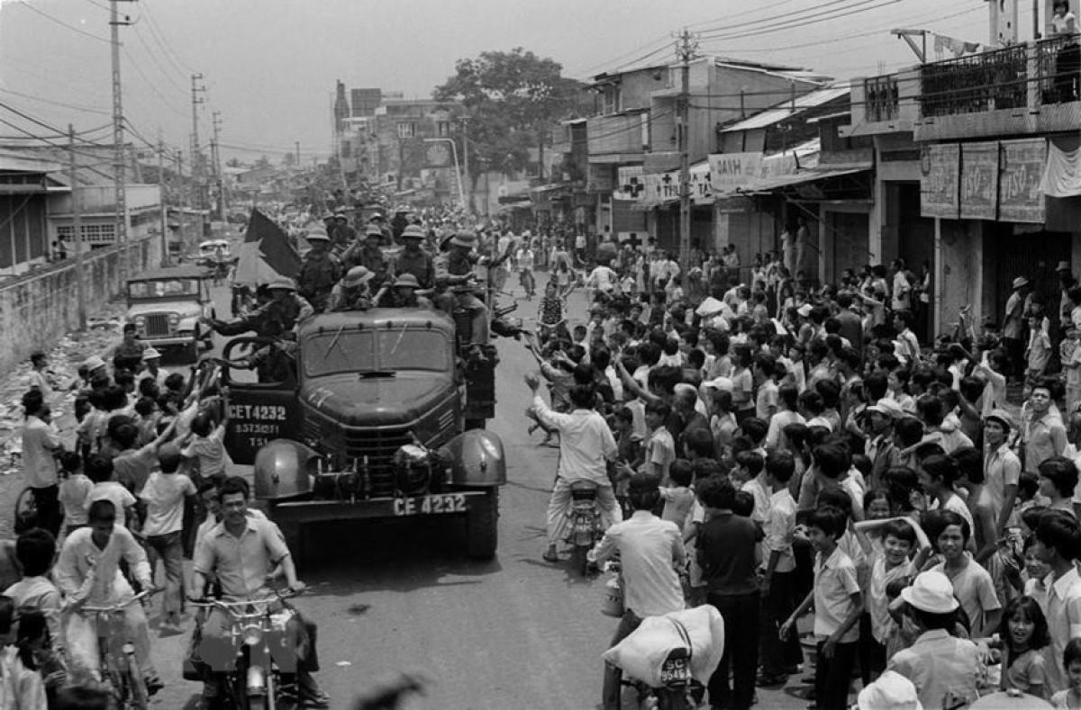 Nhân dân Sài Gòn đổ ra đường, nồng nhiệt chào đón quân Giải Phóng năm 1975. Ảnh tư liệu.