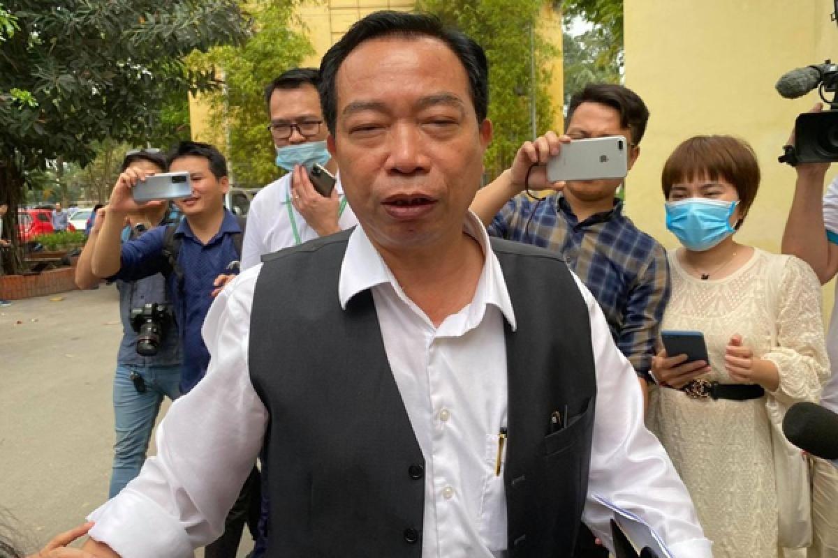 Ông Vương Văn Tịnh trong vòng vây của phóng viên ngày 1/4. Ảnh: Tiền phong
