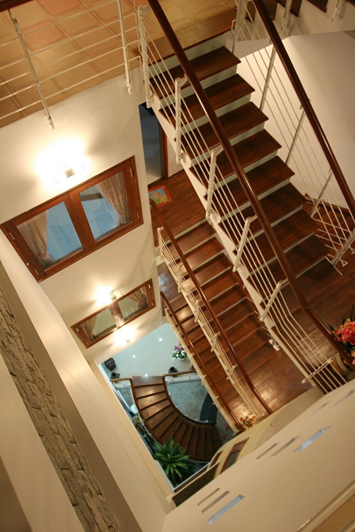 Giếng trời cạnh cầu thang, dưới giếng trời là một vế thang khác biệt làm điểm nhấn.