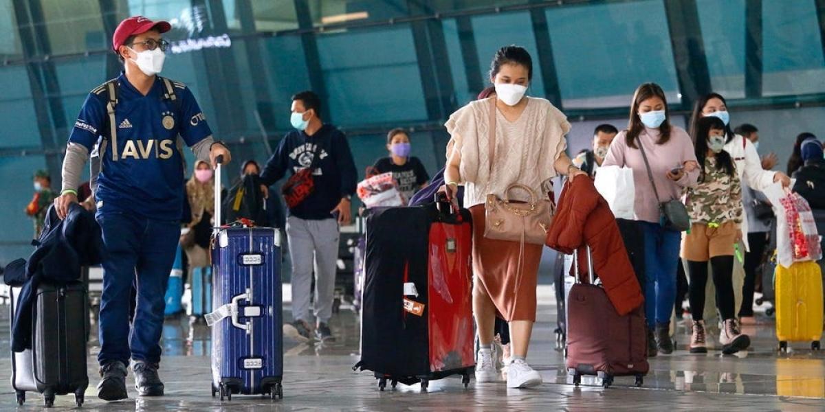 Giới nhà giàu Ấn Độ sẵn sàng chi hàng chục nghìn USD để thuê chuyến bay chạy khỏi làn sóng Covid-19 thứ 2. Ảnh: Reuters