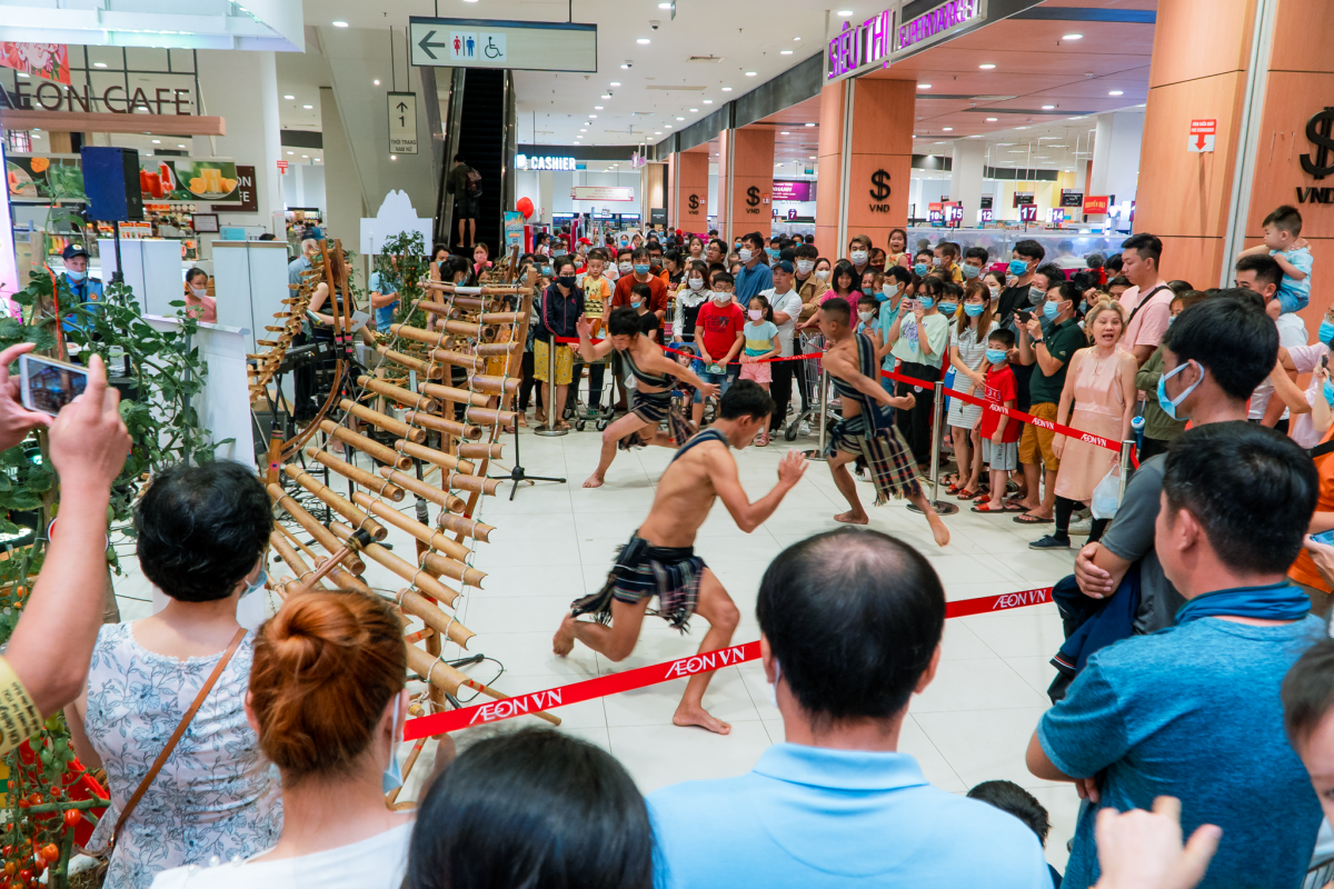 The dance performance by local ethnic people hailing from the Central Highlands region attract large crowds of local people who are curious about the typical art form only known in the Central Highlands.