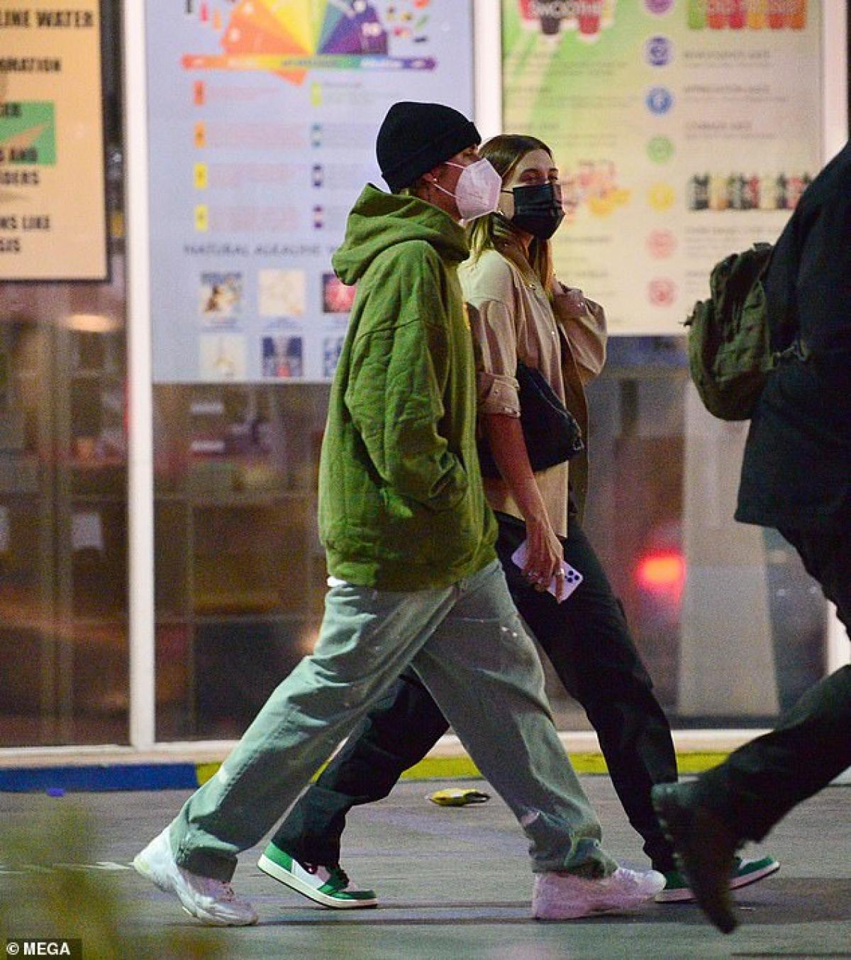 Hailey Baldwin sánh đôi tình tứ đi ăn tối cùng ông xã Justin Bieber ở Los Angeles vừa qua.