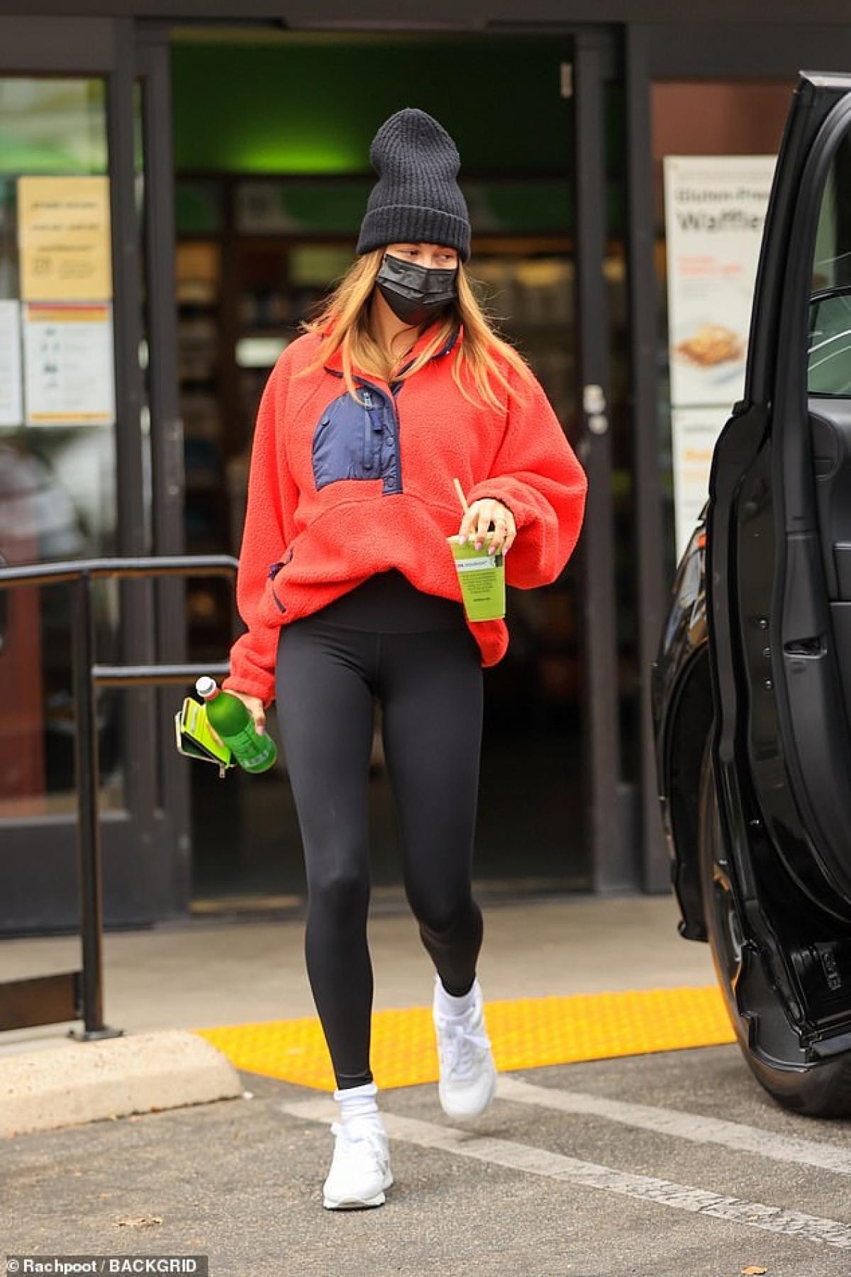 Hailey Baldwin bị cánh săn ảnh bắt gặp đi mua nước trái cây ngay sau khi vừa rời khỏi phòng tập gym ở West Hollywood hôm 14/4. Bà xã Justin Bieber diện trang phục thể thao khỏe khoắn, năng động.