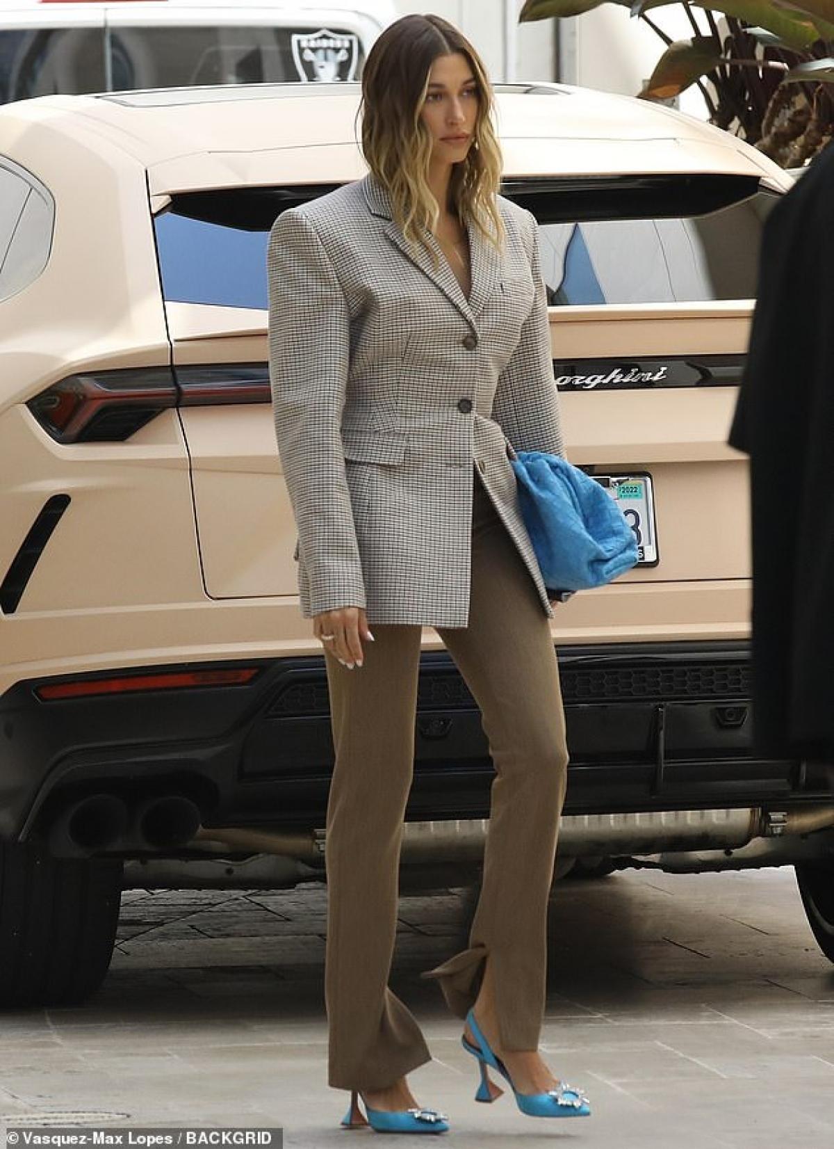 """Hailey Bieber trở thành """"tâm điểm"""" của sự chú ý khi đi dự một cuộc họp kinh doanh ở Los Angeles ngày 20/4."""