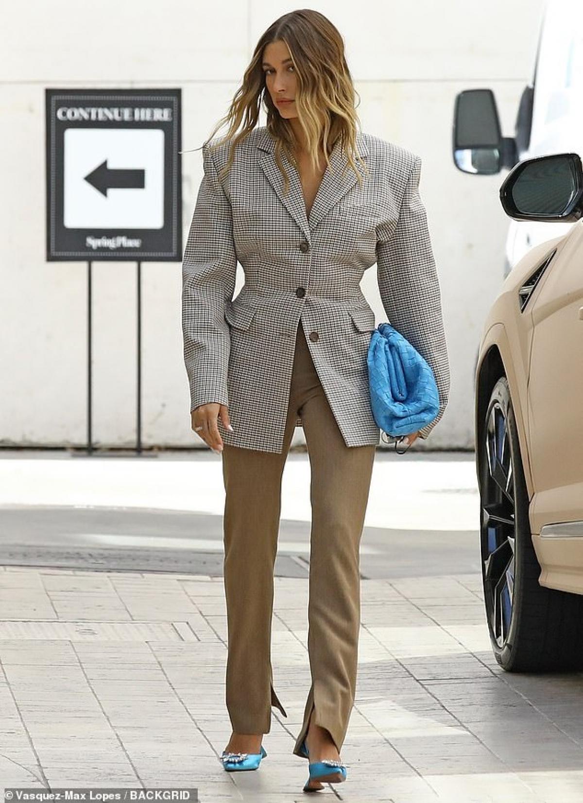Người đẹp diện chiếc áo blazer phối cùng quần suông thanh lịch, khoe khéo vóc dáng thanh mảnh và đôi chân thon dài gợi cảm.