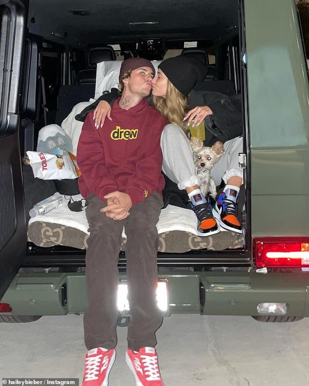 """""""Chân dài"""" sinh năm 1996 cho biết, cả hai đã là bạn của nhau trong một thời gian dài trước khi yêu nhau. Khi đó, Justin 14 tuổi còn Hailey mới 12."""
