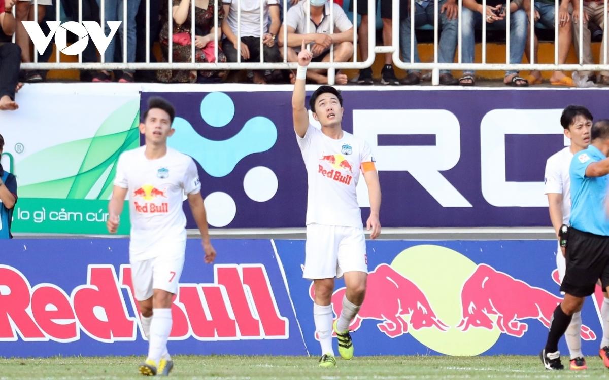 Xuân Trường ghi một trong những bàn thắng đẹp nhất tháng 4 của V-League 2021. (Ảnh: Hai Tép).