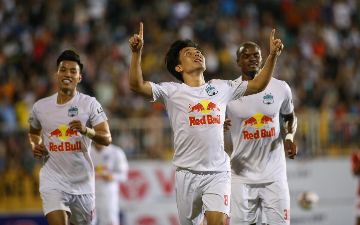Minh Vương không chỉ ghi bàn ấn định chiến thắng trong ngày sinh nhật, mà còn góp công lớn ở bàn mở tỷ số của HAGL vào lưới TPHCM.
