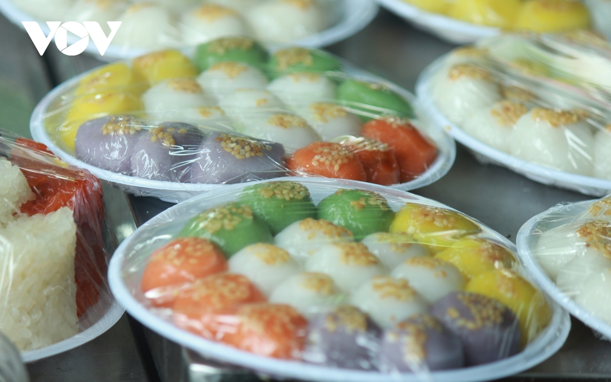 """It is normal for Hanoians to make """"banh troi"""" and """"banh chay"""" to worship their ancestors at this time of year."""