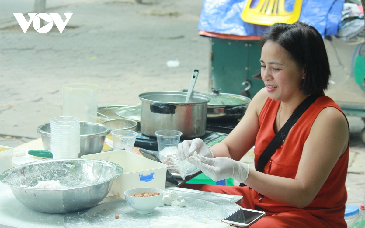 In wet markets such as Nhon, Xanh, and Nghia Tan, traders often sell ingredients which are necessary to make specialties during the Han Thuc Festival.