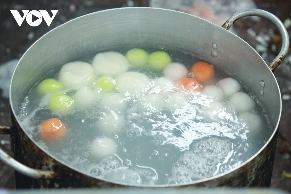 These delicious sticky rice balls prove highly tempting for passers-by.