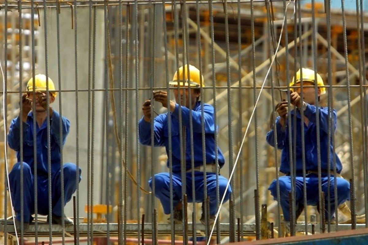 Công nhân cài các thanh thép tại một công trường xây dựng ở Hà Nội. Giá thép tăng ồ ạt trong thời gian qua. (Ảnh: Reuters)