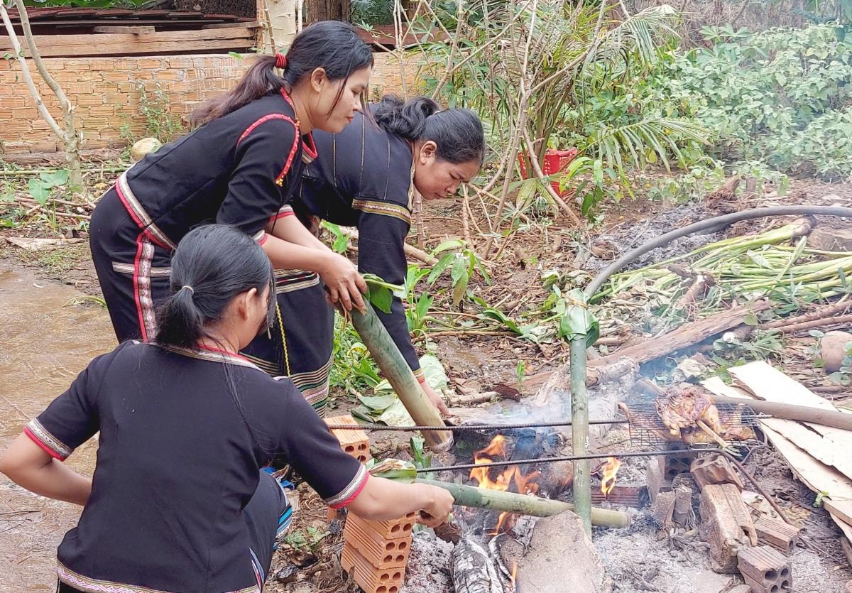 Người Ê Đê thường dùng cách nướng trên bếp than, trở nhiều lần cho thịt trong ống chín đều và không bị cháy.