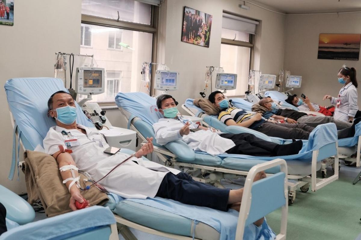 TS. Bạch Quốc Khánh cùng nhiều nhân viên y tế của Viện thường xuyên tham gia hiến máu, hiến tiểu cầu (ảnh: Mai Thương).