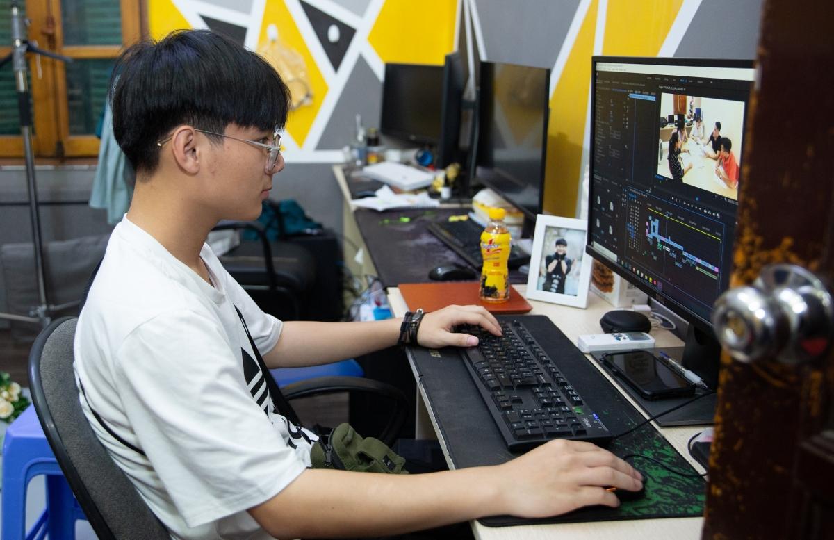 Nhiều bạn trẻ chọn công việc dựng phim.