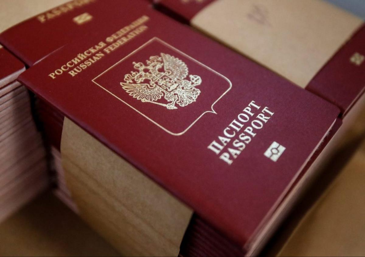 Nga bắt đầu công bố kế hoạchcấp hộ chiếu cho người dân miền Đông Ukraine vào năm 2019. Ảnh: Reuters.