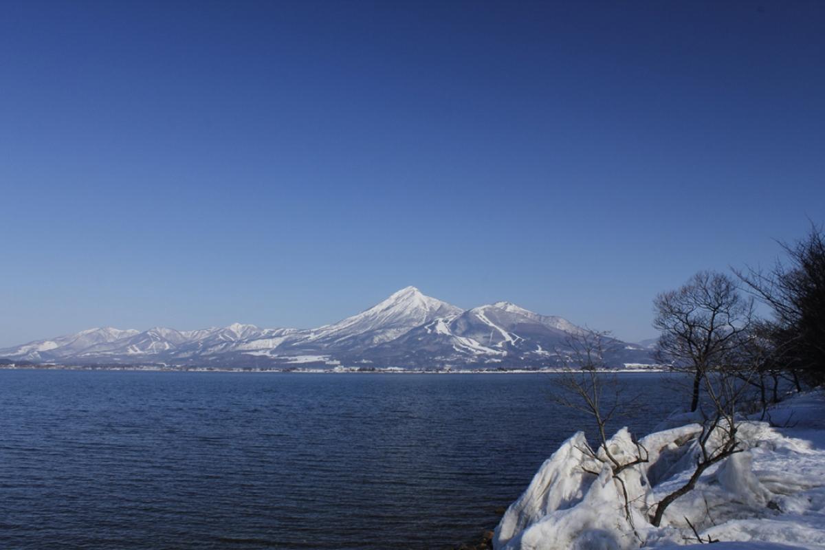 Núi Bandai và hồ Inawashiro: Núi Aizu Bandai được chọn là một trong 100 ngọn núi đẹp nhất Nhật Bản. Đây cũng là một nơi lý tưởng cho du khách ưa thích môn thể thao đi bộ, leo núi. Hồ Inawashiro là 1 trong 10 hồ nước lớn nhất ở Nhật Bản, nơi đây là một điểm tham quan lý tưởng mà du khách có thể nhìn thấy những đàn thiên nga vào mùa đông.
