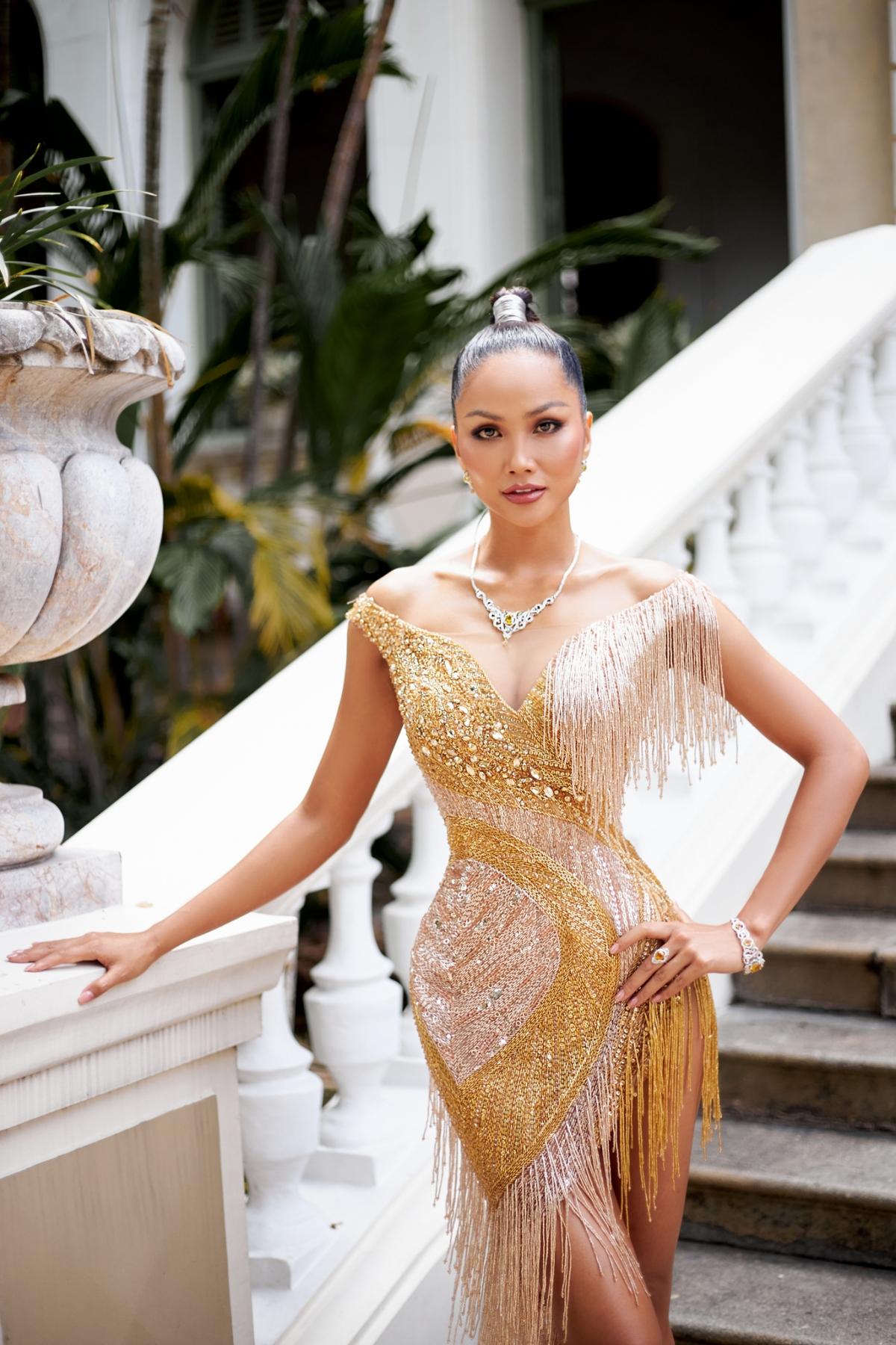 Mới đây, tham dự một sự kiện thời trang, Hoa hậu H'Hen Niê khiến khán giả bất ngờ khi xuất hiện với diện mạo xinh đẹp do chính cô tự trang điểm.