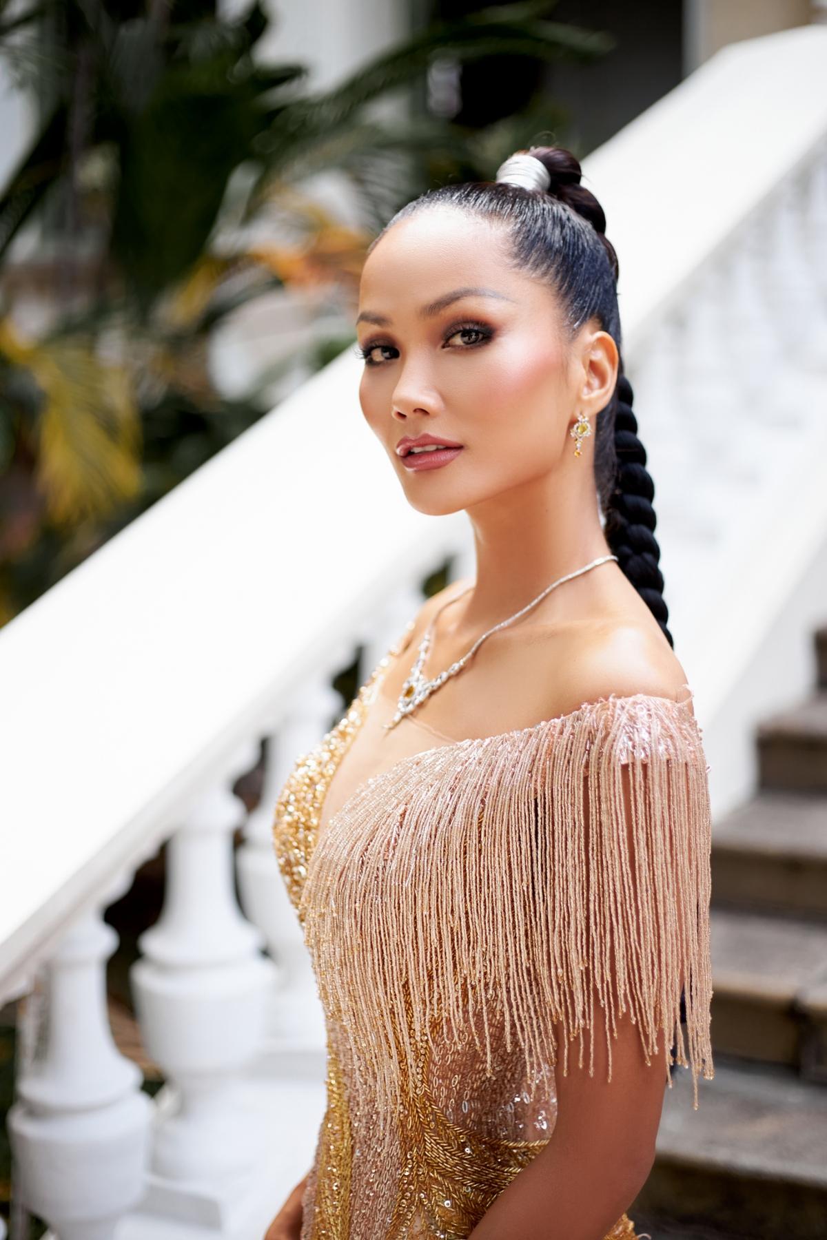 Thời gian gần đây, Hoa hậu H'Hen Niê liên tục khoe với khán giả kỹ năng trang điểm của mình, được cô tích luỹ sau thời gian dài hoạt động giải trí, cũng như được chuyên viên trang điểm hướng dẫn.