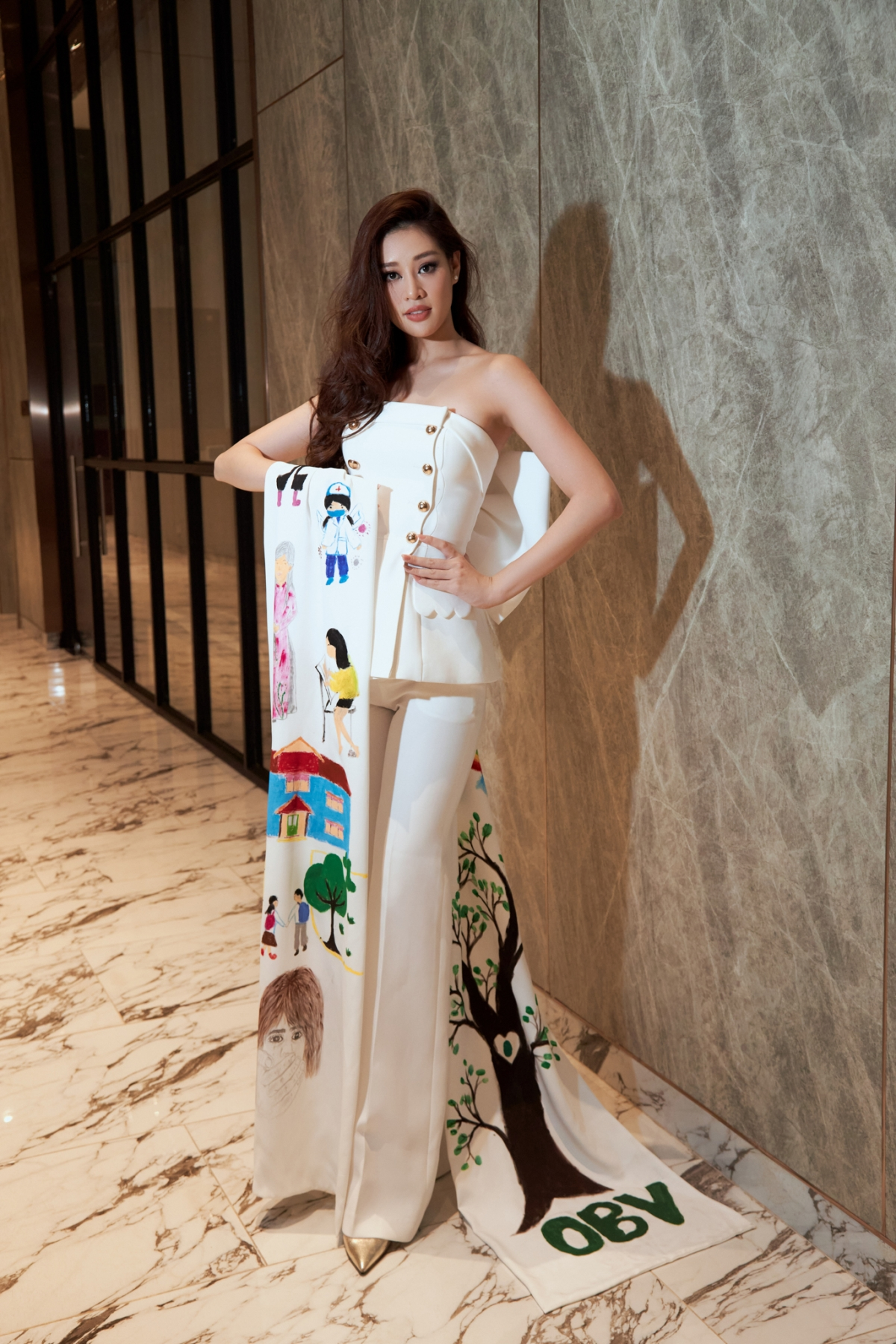 Đó là bộ vest trắng do nhà thiết kế Thượng Gia Kỳ may riêng dành cho Khánh Vân.