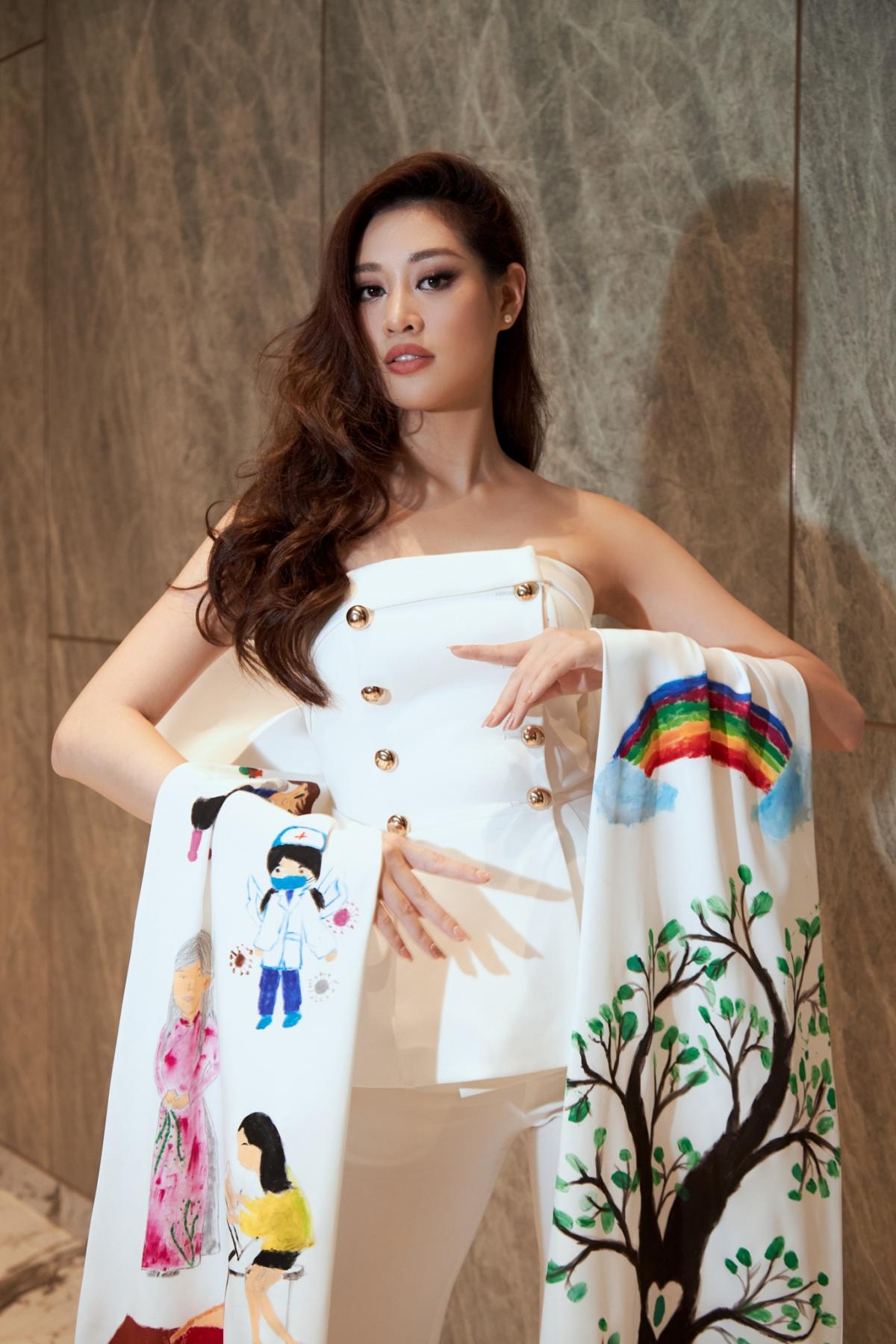 """Theo tiết lộ từ Hoa hậu Khánh Vân, tổ chức Miss Universe rất quan tâm đến dự án OBV mà Khánh Vân đang làm đại sứ, 60% câu hỏi trong buổi phỏng vấn đều xoay quanh chủ đề OBV và câu chuyện đem tiếng nói bảo vệ phụ nữ, trẻ em được Khánh Vân theo đuổi suốt hơn một năm nay. Đặc biệt, lời giới thiệu """"người chị lớn của 40 em nhỏ ngôi nhà OBV"""" được tổ chức Miss Universe dành nhiều tình cảm và tò mò về đại diện của Việt Nam."""