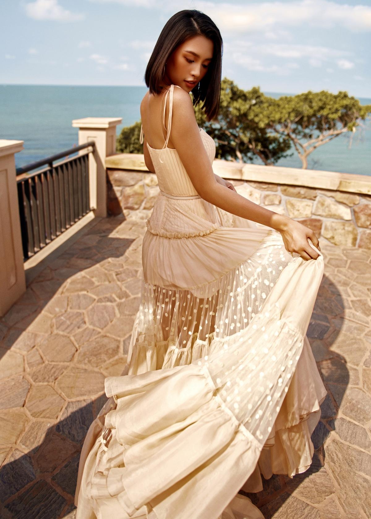 """Mới đây, cô tiếp tục hợp tác cùng NTK Lê Thanh Hoà trong bộ ảnh mới mang tên """"Like the sunshine"""". Người đẹp cũng là nàng thơ quen thuộc trong các BST của NTK Lê Thanh Hoà trước đây."""