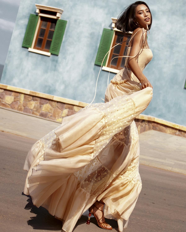 Trong bộ ảnh, Tiểu Vy hoá thân thành quý cô vừa yêu kiều, vừa trẻ trung, năng động trong chuyến lãng du đến vùng biển ngập nắng vàng.