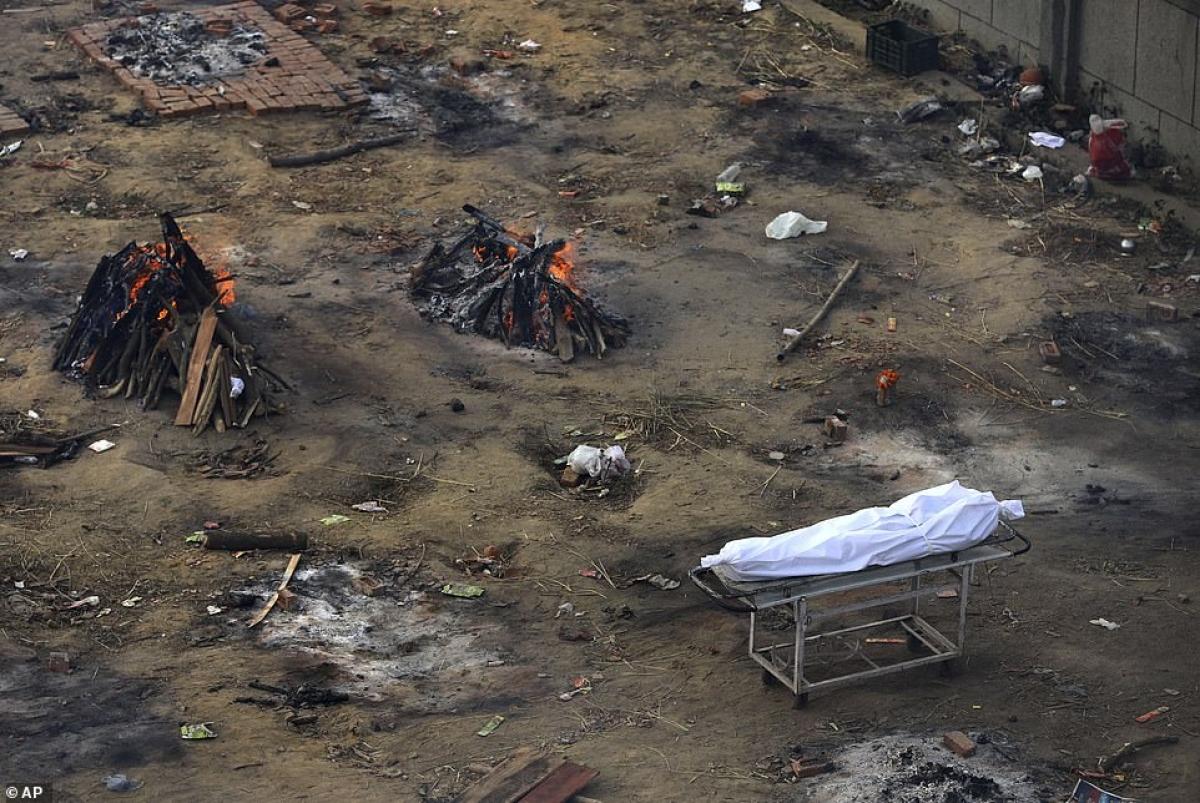 Một xe cáng đã tập kết một thi thể mới vào bãi hỏa táng./.
