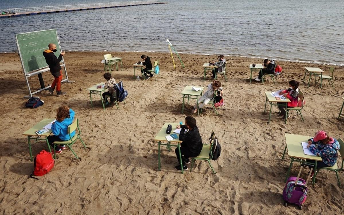 Học tập trên bãi biển - dự án học tập ngoài trời ở trường Felix Rodriguez de la Fuente. Ảnh: Reuters.