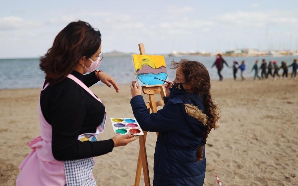 Một giờ học vẽ trên bãi biển. Ảnh: Reuters.