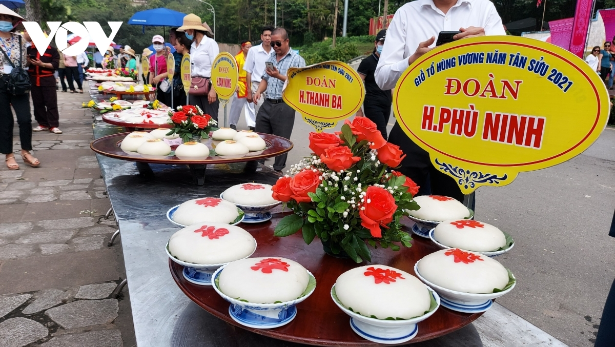 The two most outstanding teams for Banh Chung and Banh Giay are selected to offer the cakes to the Hung Kings as part of the Hung Kings Temple Festival 2022.