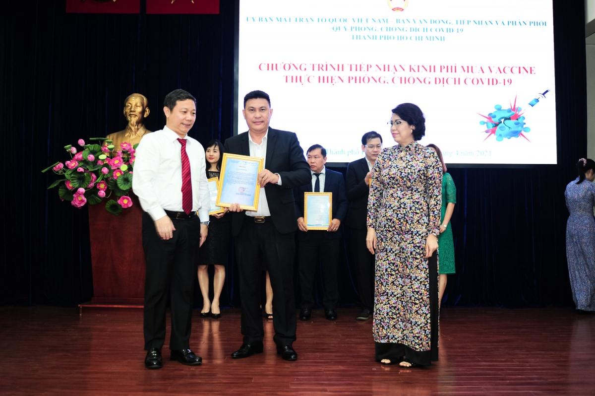 Ông Dương Anh Đức - Phó Chủ tịch Ủy ban Nhân dân TP.HCM trao thư cảm ơn cho đại diện Tập đoàn Hưng Thịnh