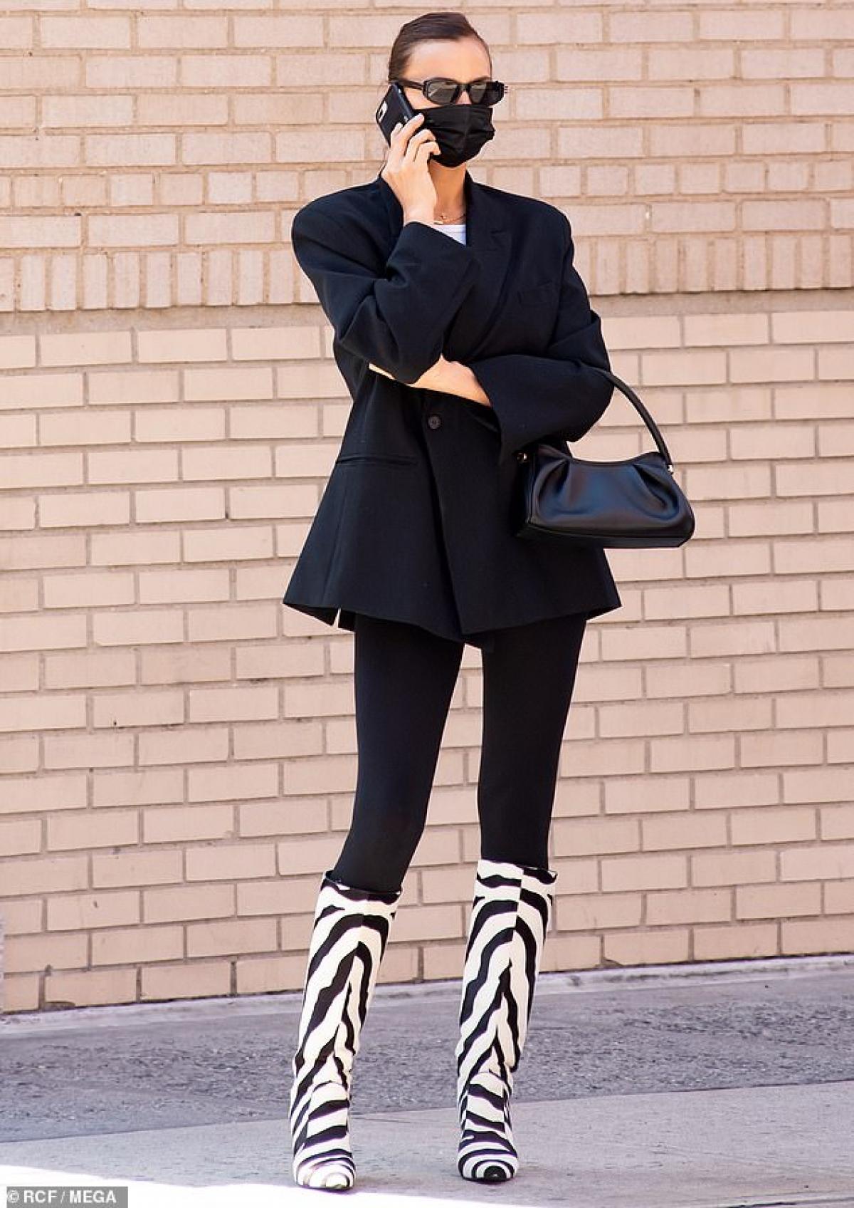 Irina Shayk một mình ra phố ở New York hôm 14/4.
