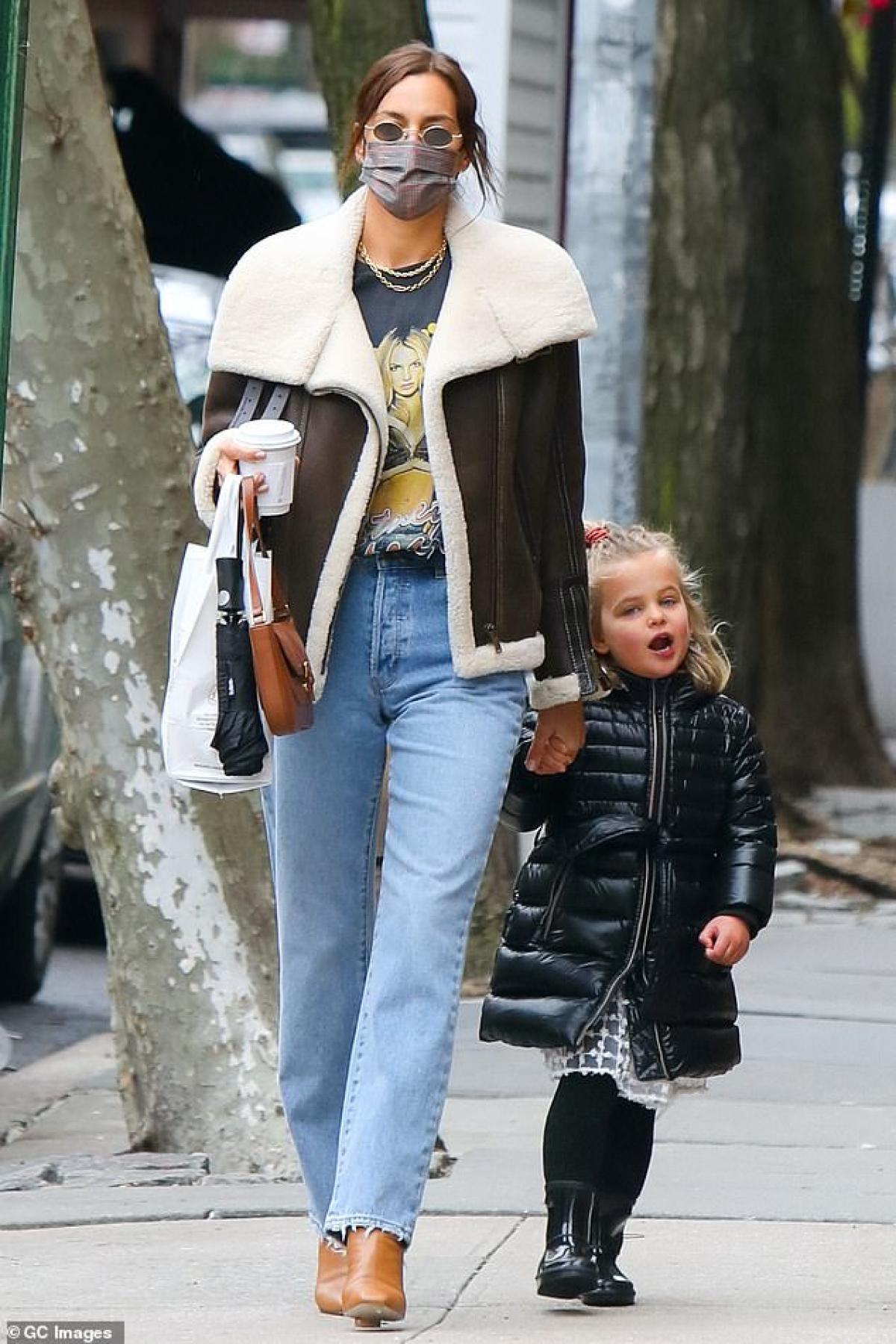 Mới đây, Irina Shayk vui vẻ đưa con gái cưng Lea đi dạo phố ở New York.