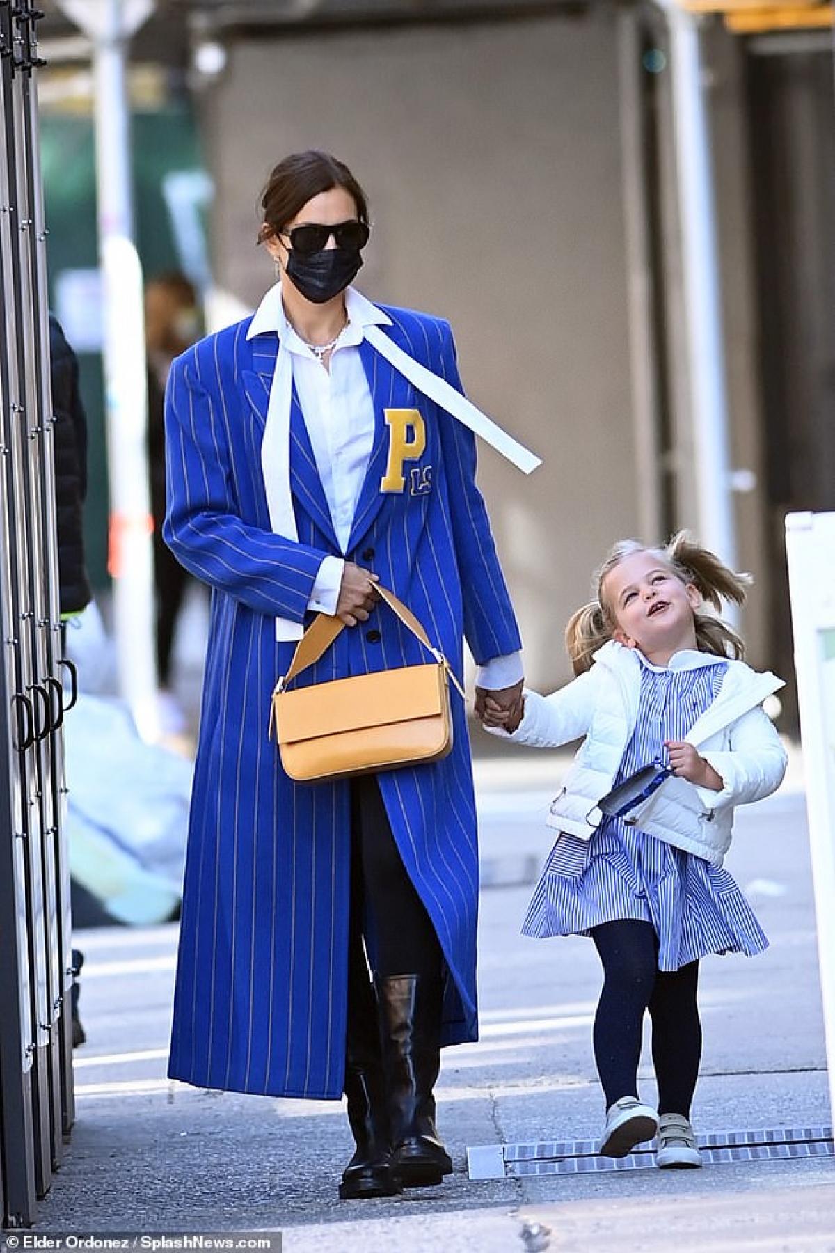 Irina Shayk vui vẻ đưa con gái Lea đi chơi trong tiết trời tuyệt đẹp ở New York vừa qua.