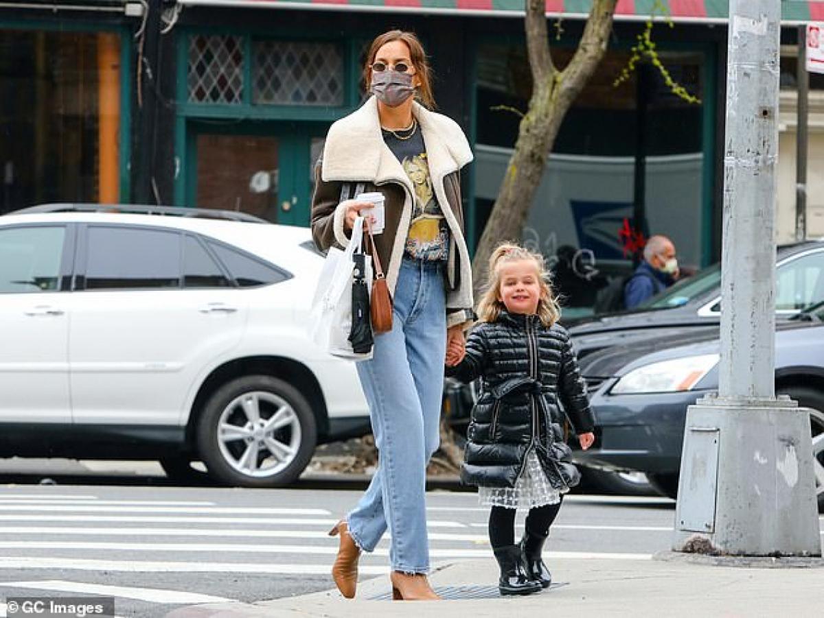 Siêu mẫu Nga diện áo phông in hình nữ ca sĩ Britney Spears, phối cùng quần jeans cá tính.