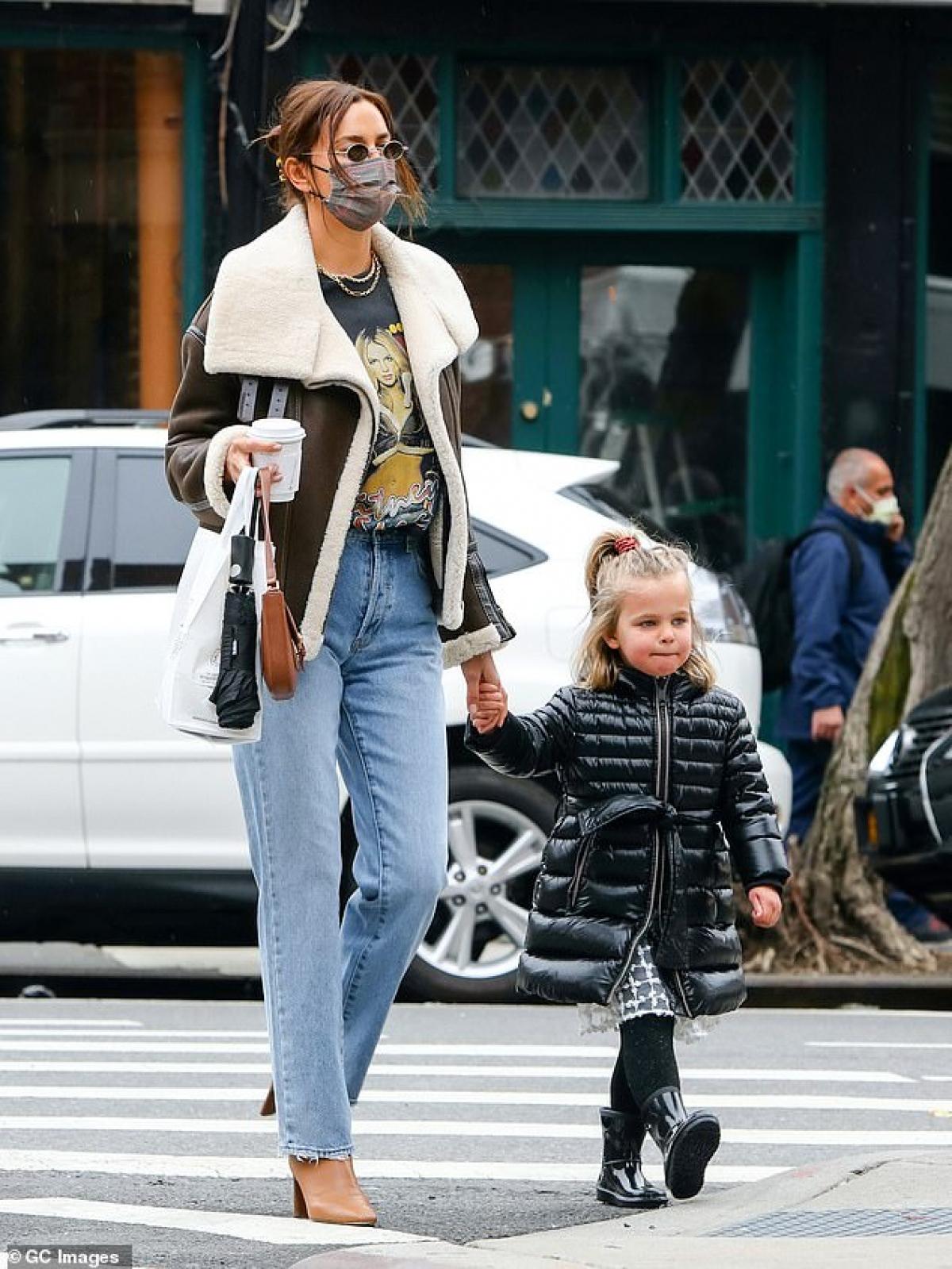 Bé Lea được mẹ mặc cho đồ ấm áp, sang chảnh.
