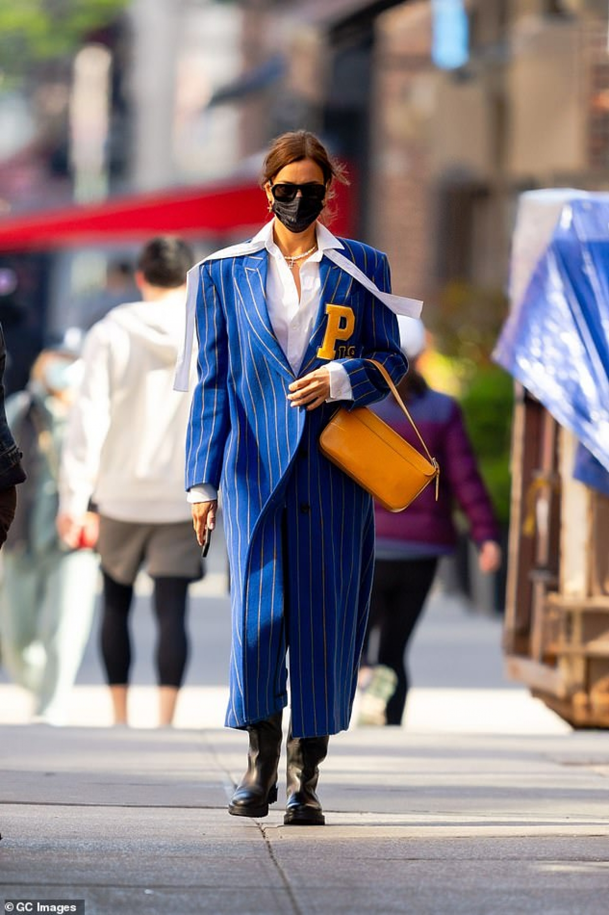 Trông nàng mẫu lúc nào cũng sành điệu với street style nổi bật.