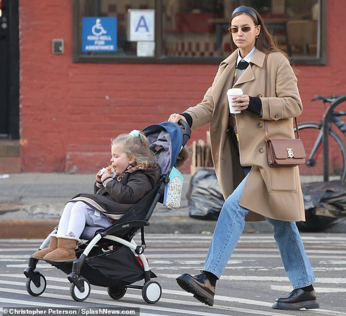 Cô đang tận hưởng cuộc sống của một bà mẹ đơn thân quyến rũ.